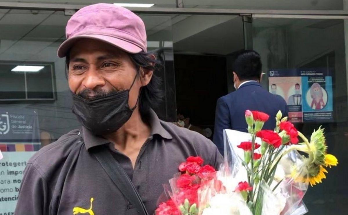 En la grabación se observa a un hombre regalando flores en la calle