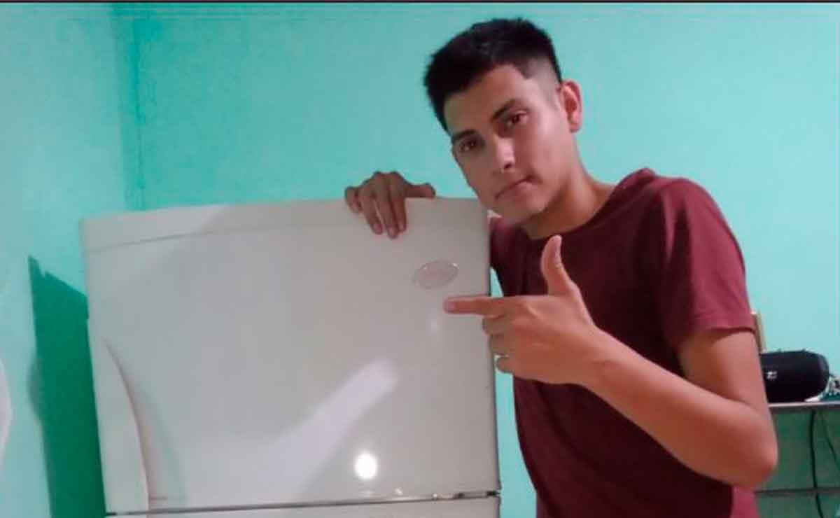 Joven se vuelve viral por presumir su primer refrigerador que compró con sus ahorros