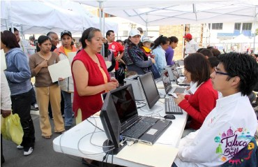 madres de familia realizando registro en Edomex