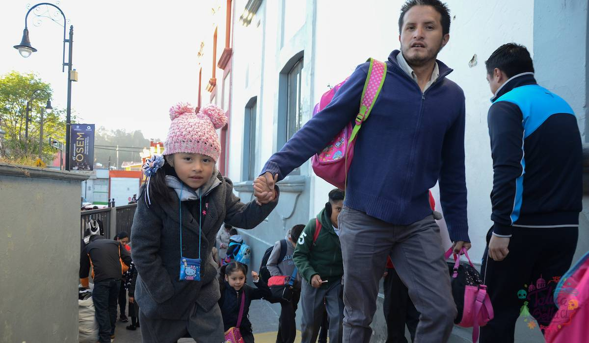 Padre de familia acompaña a su hija a la escuela