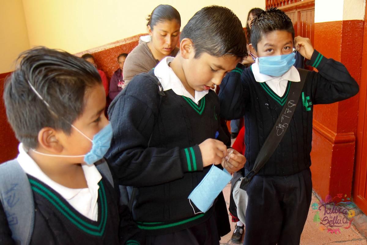 Alumnos llevando a cabo las medidas sanitarias