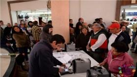 adultos mayores realizando registro para recibir apoyo