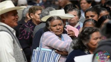 personas mayores formadas esperando su trámite de registro a pensión
