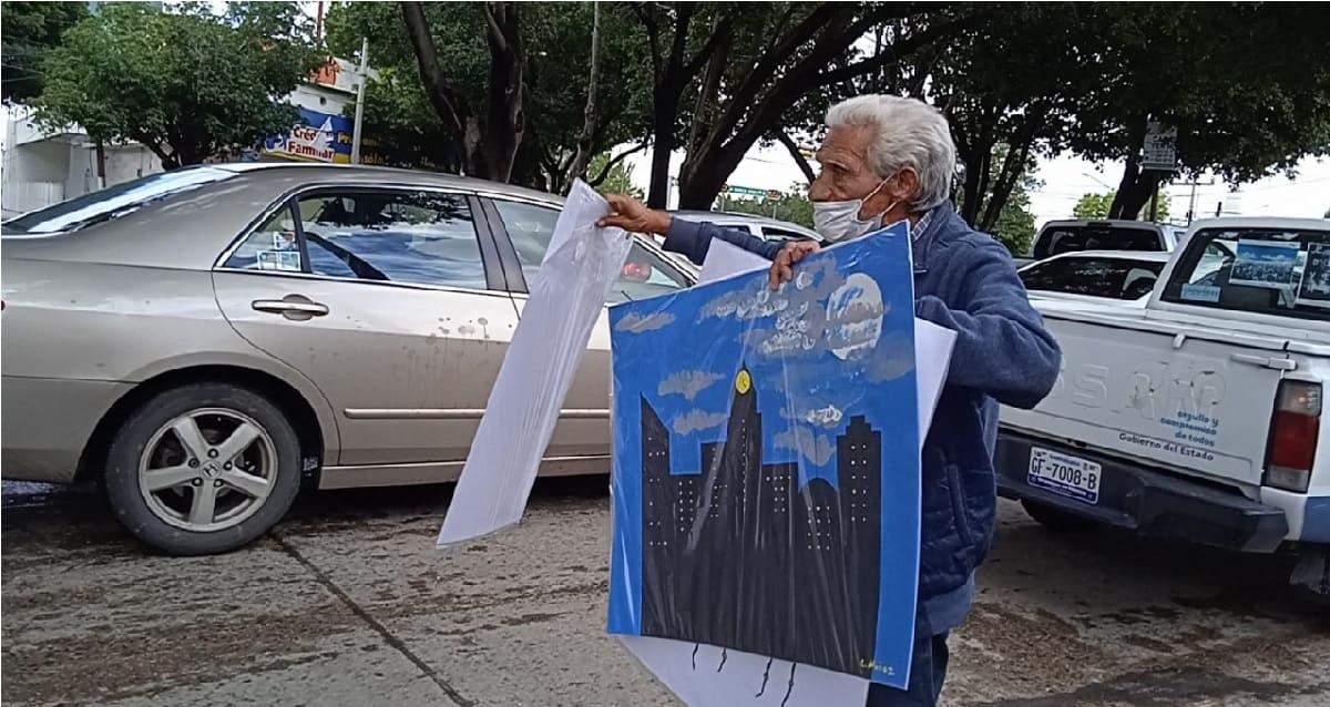 Abuelito de León se vuelve viral al vender los dibujos de sus nietas para poder subsistir