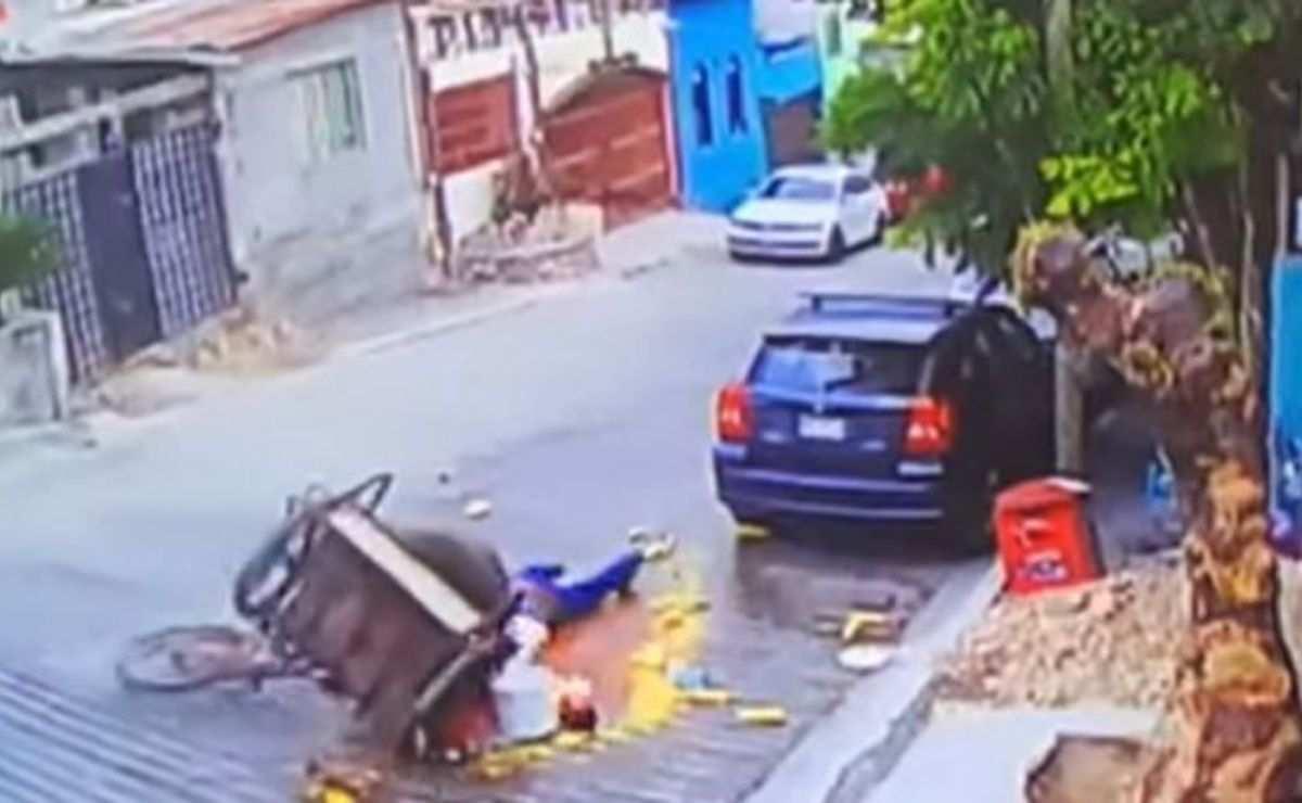 Elotero se cae con su carrito y video se hace viral