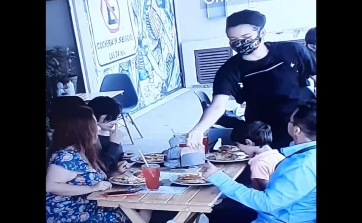 Familia le pone cabellos a su comida para no pagar la cuenta