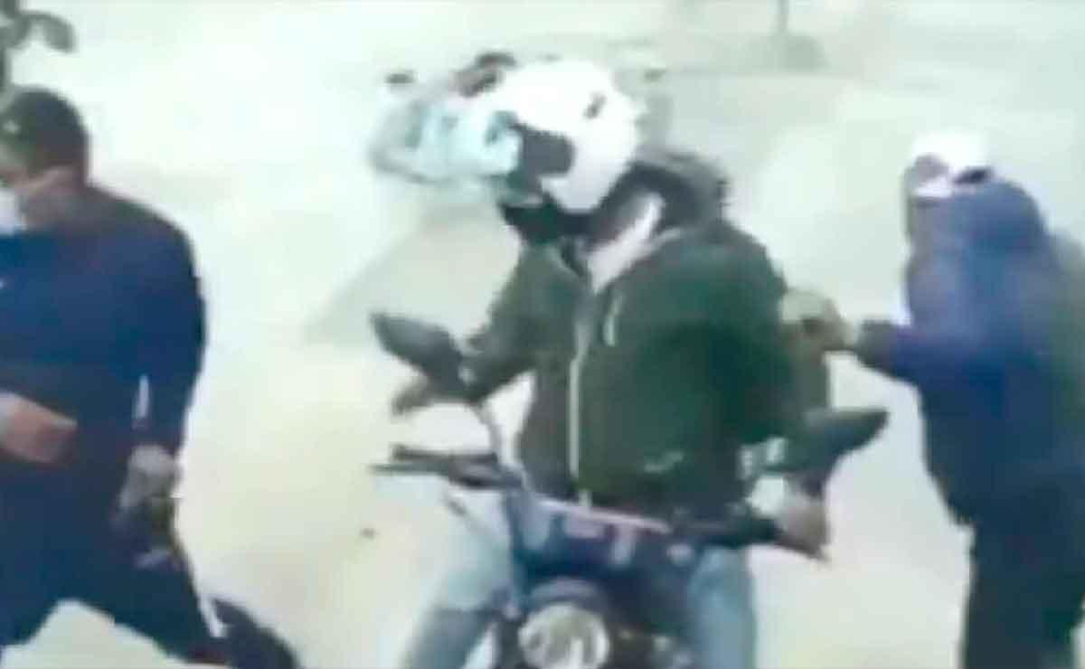 ¡Héroe sin capa! Albañil lanza costal de cemento a ladrones cuando asaltaban a un hombre