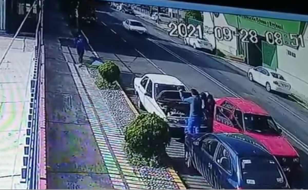 Delincuentes son grabados robando autos en Toluca, Edomex