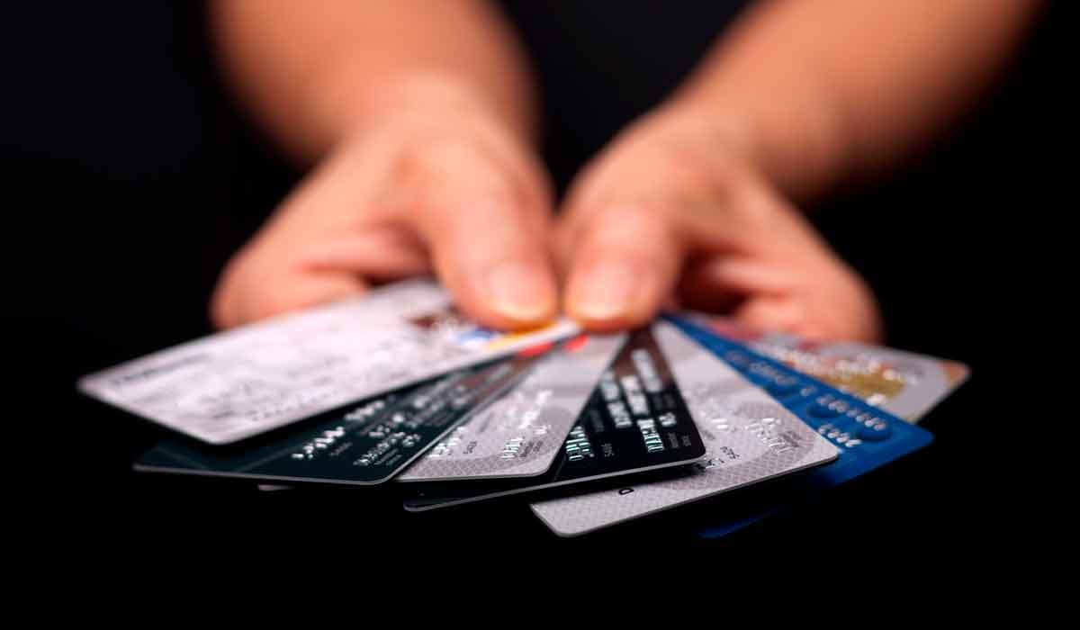 no prestes tus tarjetas de creditopodría traerte problemas con los bancos o con el SAT