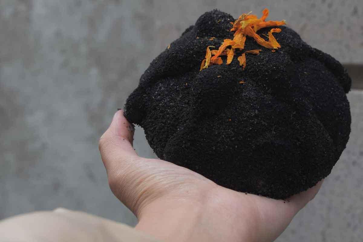 Pan de muerto color negro, parte de las tradiciones mexicanas del mes de noviembre, Xolo Café