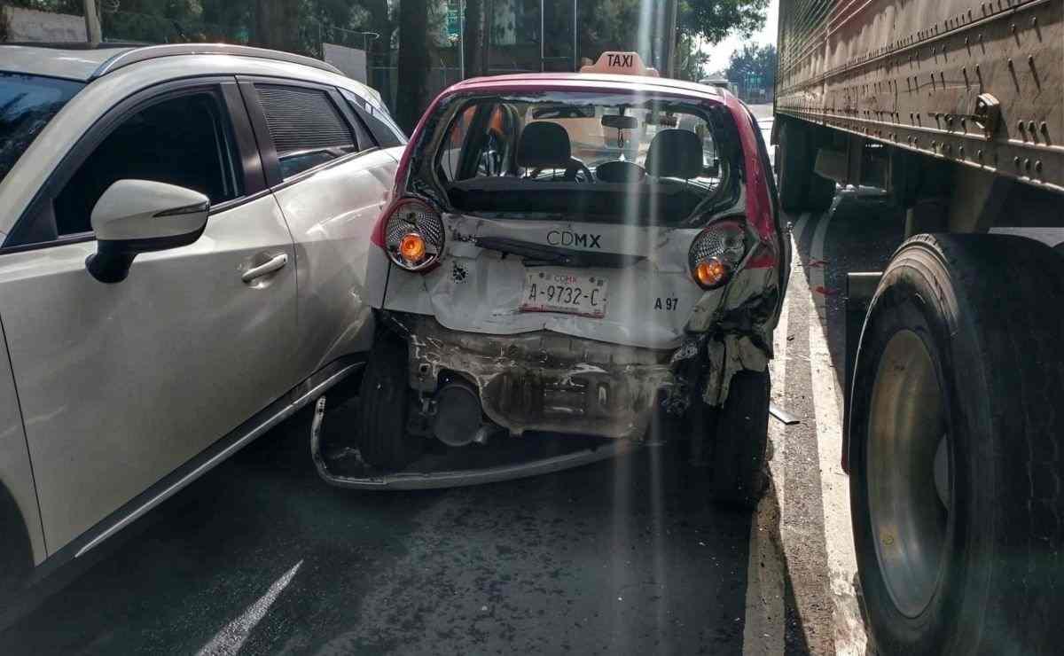 Cámaras del C5 CDMX captan momento en que tráiler embiste varios autos en Iztacalco