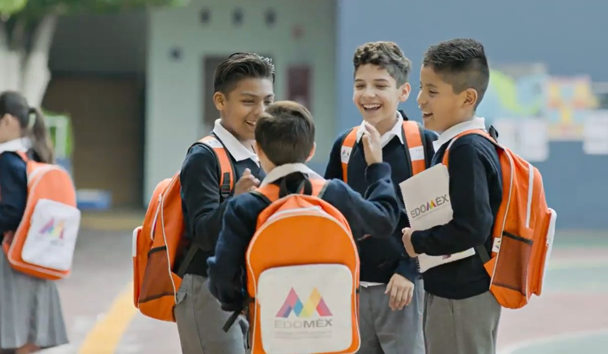Entrega de la mochila de útiles escolares